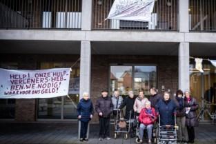 """Pampers aan gevel rusthuis: bewoners komen in actie want """"geld gaat de verkeerde kant op"""""""
