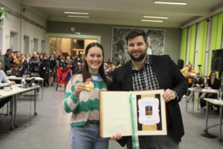 """Gouden Evy mag Zelzaats gulden boek tekenen: """"We zijn trots op je"""""""
