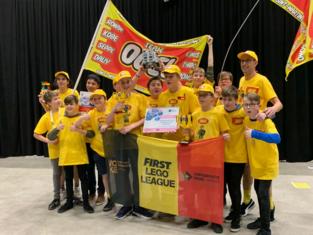 Leerlingen plaatsen zich met LEGO-robot voor WK