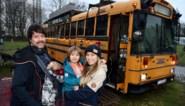 """Valerie en Tim verkopen schoolbus waarmee ze door Europa trokken: """"Het is een hostel op wielen"""""""