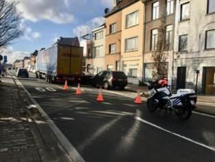 Fietser belandt onder vrachtwagen: Nieuwevaart afgesloten