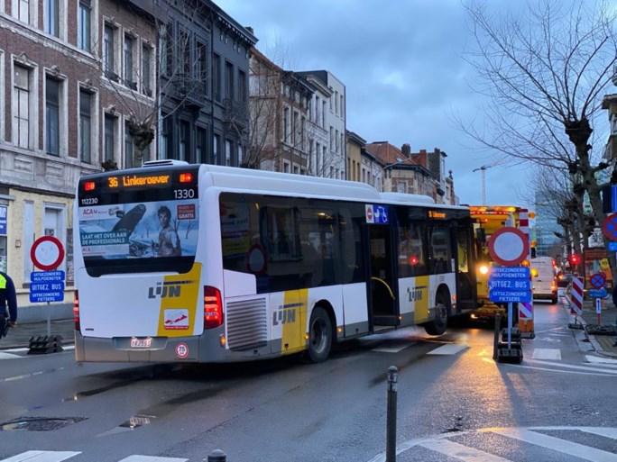 Bus rijdt op sluis en komt halve meter hoger tot stilstand