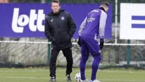 """Frank Vercauteren moet zich zonder spits behelpen, maar blijft positief: """"Op training zetten we Makarenko in de aanval"""""""