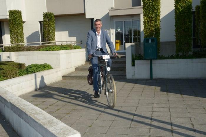"""Fietsende burgemeester vindt investeringen in fietsveiligheid nodig: """"Mensen houden me tegen"""""""