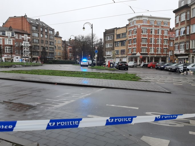 Auto rijdt over rotonde in Jette: buurtbewoner dood, bestuurder vlucht maar wordt later opgepakt
