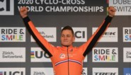 """Mathieu van der Poel spreekt van """"perfecte race"""" na wereldtitel, Wout van Aert baalt met vierde plaats"""