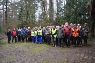 Vrijwilliger tellen reeën in bos waar ook al jonge dasjes zijn geboren