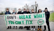 Youth for Climate vergezelt actievoerders aan poort Ineos Phenol