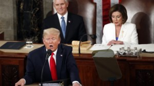 Trump negeert impeachment in State of the Union, Democrate Pelosi verscheurt zijn speech