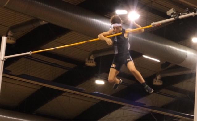 Polsstokspringer lijkt op weg om wereldrecord te breken… tot zijn elleboog de lat raakt