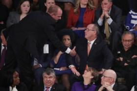Trump negeert impeachment in State of the Union, Democrate Pelosi verscheurt zijn speech