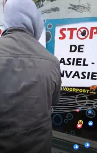 Voorpost verstoort vergadering over asielzoekers met affiches en rook