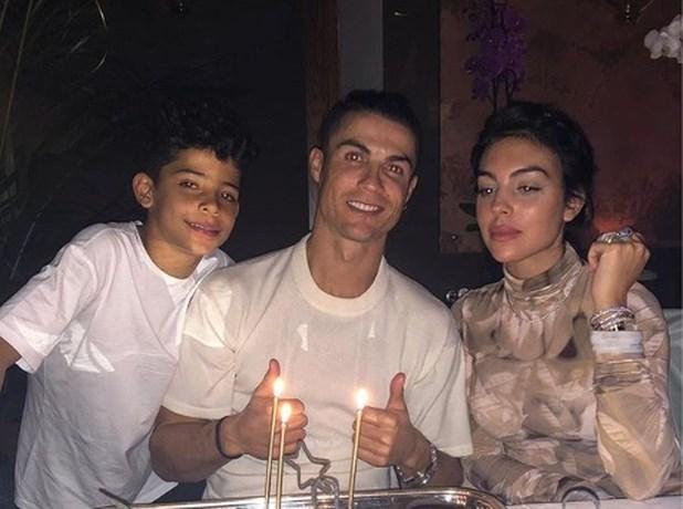 Van witte rozen tot een spiksplinternieuwe Mercedes: jarige Ronaldo valt van de ene verbazing in de andere