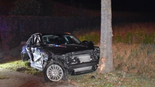 Twee bestuurders gewond naar ziekenhuis na spectaculair ongeval op kruispunt