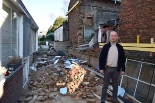 """VIDEO. Eddy komt thuis en vindt de muur van zijn buurman op zijn binnenkoer: """"Ik had de stabiliteit al verschillende keren tevergeefs aangekaart"""""""
