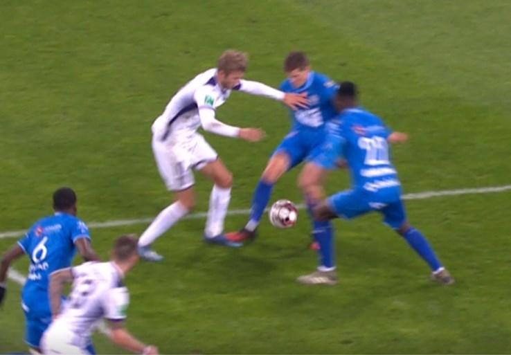 Opschudding in AA Gent-Anderlecht: lijnrechter keurt openingstreffer af, maar bedenkt zich dan