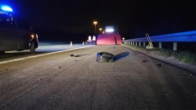 Twee zware ongevallen op E313: motorrijder komt om na crash tegen vrachtwagen, drie zwaargewonden na aanrijding op pechstrook