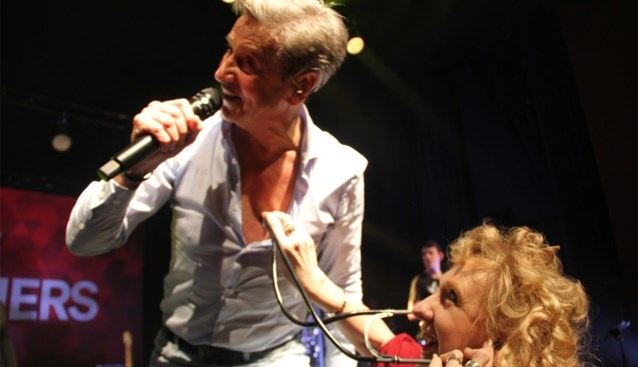 'Bezorgde' fans checken hartslag van Willy Sommers tijdens optreden