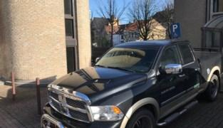 Zonder scrupules: bestuurder parkeert zware pick-uptruck op gehandicaptenparking... aan politierechtbank