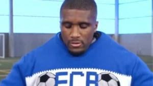Clinton Mata van Club Brugge doet mee aan dikketruiendag, maar heeft aan één trui niet genoeg...