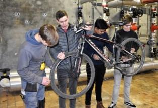 """Leerlingen leren zelf fiets herstellen: """"Bandje plakken lukt, maar rem of ketting vervangen..."""""""