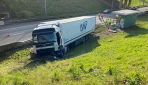 Vrachtwagen wijkt uit voor stilstaande voorligger en ramt pomphuis