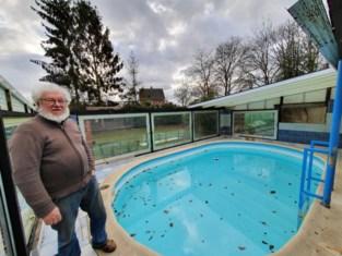 Dak zwembad belandt in tuin