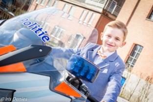 Communie- of lentefeestfoto's met politiemoto of brandweerwagen
