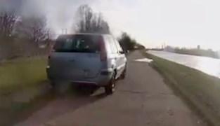 """Pendelaar schrikt zich een hoedje wanneer auto hem inhaalt op jaagpad: """"Levensgevaarlijk"""""""