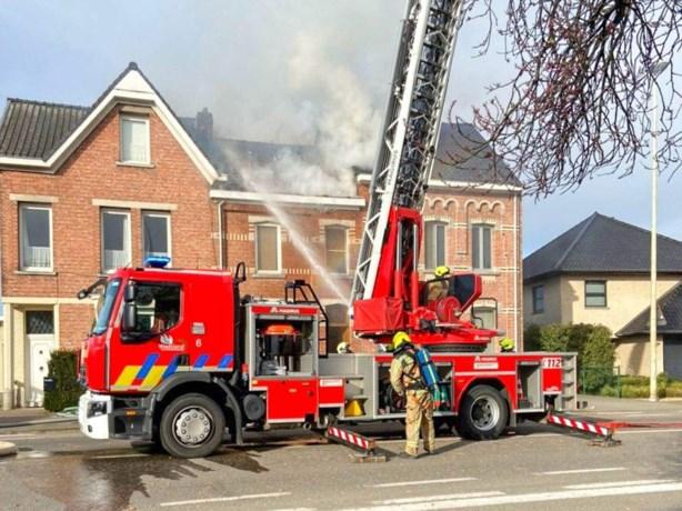 Vlammen schieten door het dak bij woningbrand
