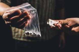 Drugsdealer leeft van uitkering, maar rijdt met dure wagen en laat escortdames langskomen