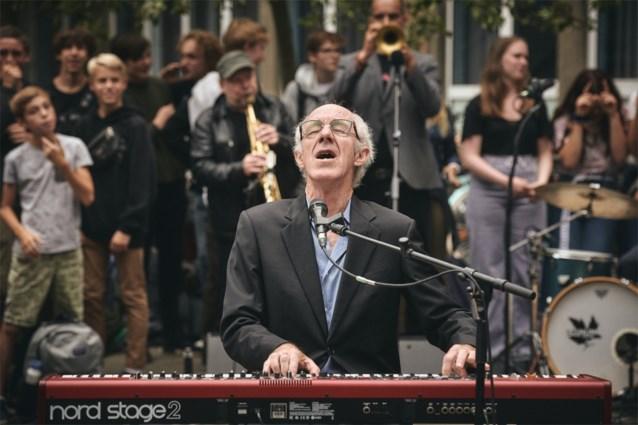 Raymond van het Groenewoud wordt 70 en dat verdient een driedelige docureeks op Eén (maar de zanger wil zelf niet kijken)