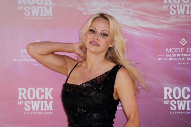 """Amper twaalf dagen duurde 'droomhuwelijk' met Pamela Anderson, nu haalt filmproducent genadeloos uit: """"Ik ben een oude gek"""""""