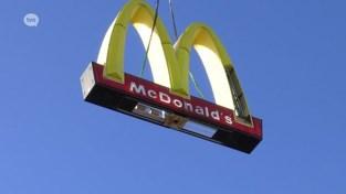 VIDEO. Beschadigd reclamebord McDonald's Lokeren naar beneden gehaald