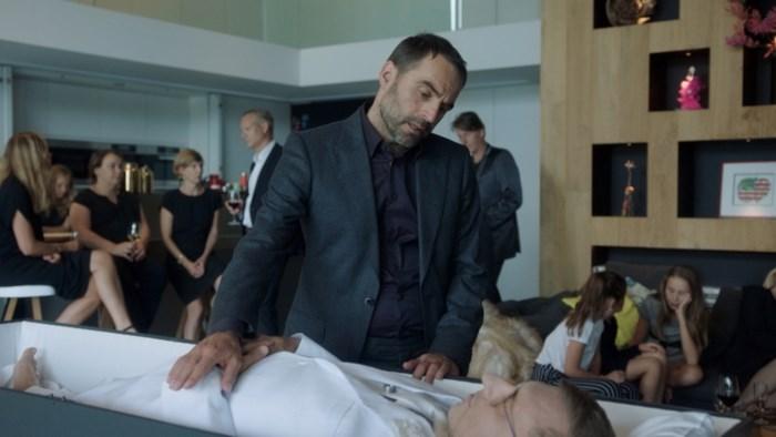 """Derde seizoen 'Auwch_' start met begrafenis Jan Verheyen: """"Hij moest de hele dag in een kist liggen, die heeft afgezien"""""""