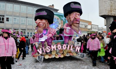 Een middelvinger van piepschuim: carnavalisten van Aalst schaven aan hun antwoord op de heisa