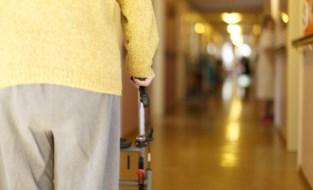 Arm gebroken, kopstoot en wijn in het gezicht: vrouw (84) zwaar mishandeld door zoon