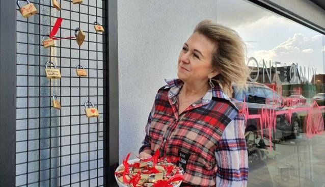 Heidi biedt oplossing voor wie met valentijn niet in Parijs geraakt: hier mag je je liefde ook slotvast bezegelen