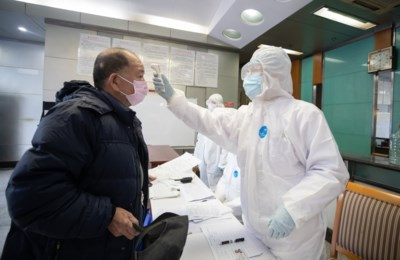 """15.000 besmettingen en 242 doden in één dag door coronavirus: """"Maar het grootste risico ligt op dit moment niet in China"""""""