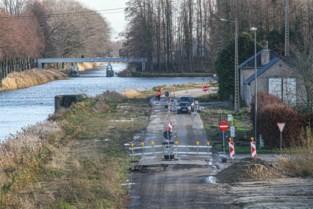 Vrachtwagenchauffeur rijdt zich vast aan wegenwerken Breeërweg Neeroeteren