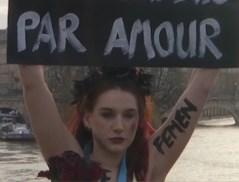 """Femen-activistes bezetten iconische Parijse brug op Valentijn: """"Je moordt niet uit liefde"""""""