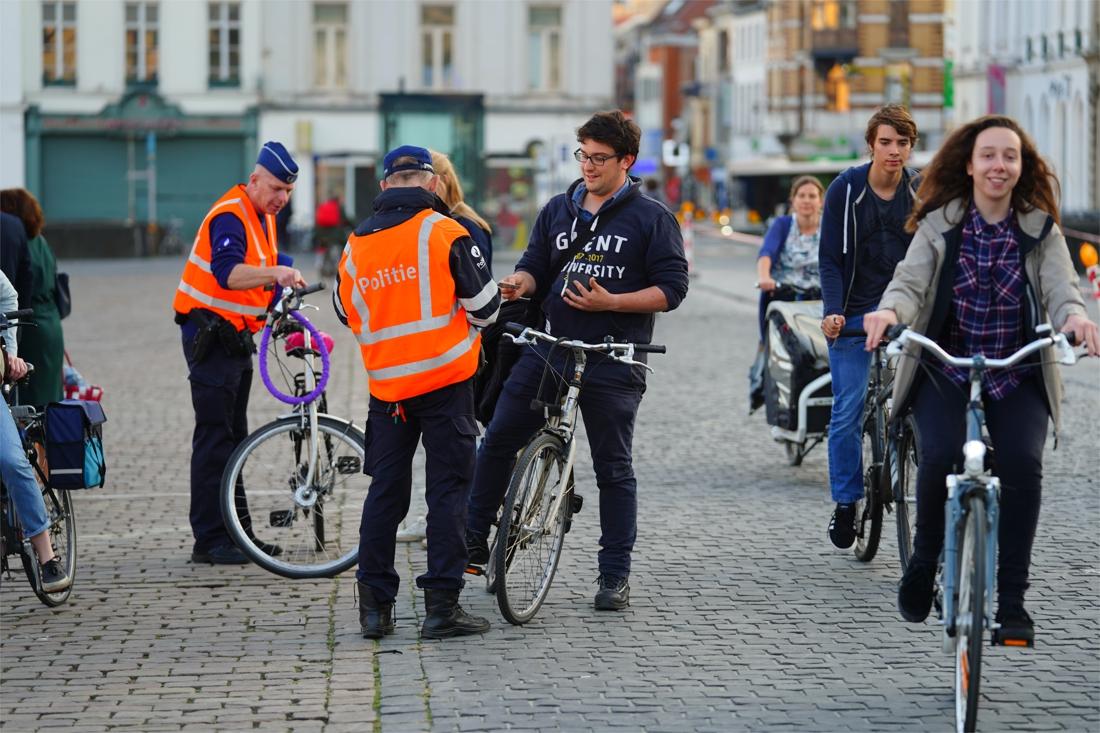 72 fietsers lopen tegen de lamp