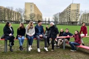 Studenten denken na over hoe Ringpark er tussen Luchtbal en Merksem uit kan zien: van goals tot autobanden met gordijntjes