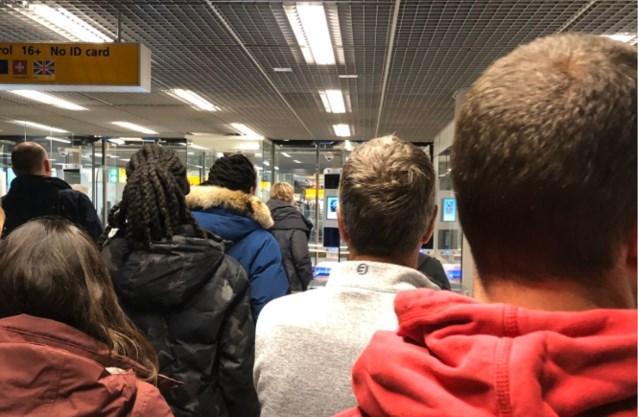 """""""Dit is niet de Brexit waar ik voor gestemd heb"""": man uit ongenoegen over lang aanschuiven op luchthaven Schiphol"""