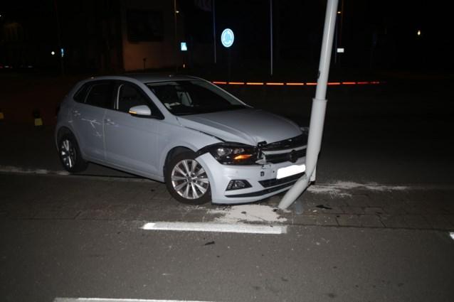 Wagen knalt tegen verlichtingspaal, bestuurster ongedeerd