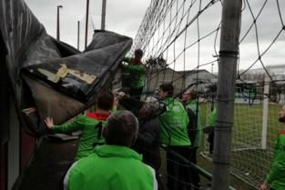 Dak vliegt weg tijdens de rust: voetballers ruimen op en winnen alsnog