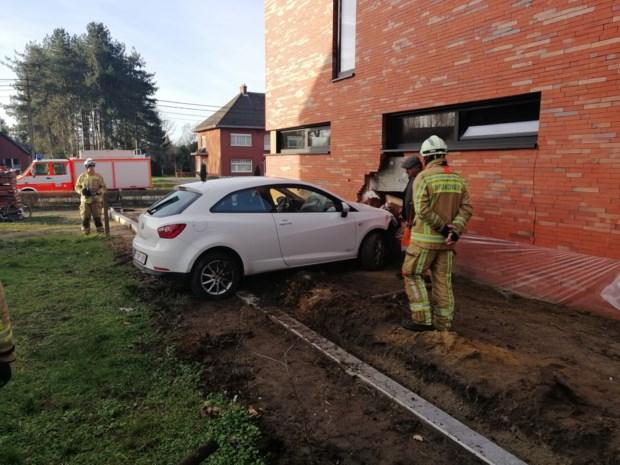"""Vrouw crasht tegen huis in aanbouw en laat wagen én briefje achter: """"Barsten tot aan het dak"""""""