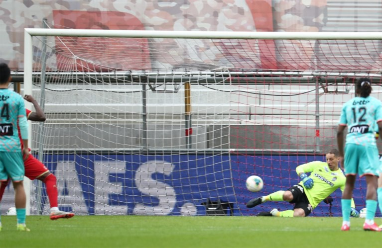 Antwerp-doelman Sinan Bolat komt te laat en bokst op het hoofd van tegenstander… maar pakt wel de strafschop