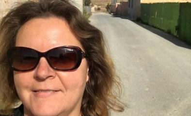 """Vlaamse is burgermoeder van 123 Spanjaarden: """"Hier leven mensen nog écht samen, in België praat men niet meer met elkaar"""""""