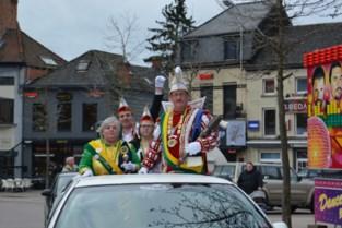 Carnavalisten houden stoet, zonder praalwagens